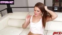 Сексуальная крошка Эбби Кросс трахается в колготках