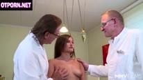 Классная групповушка с немецкими врачами гинекологами и брюнетками